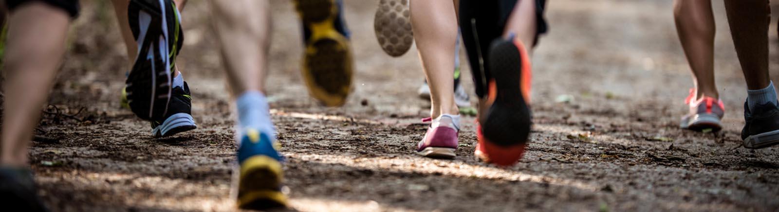 Läufer rennen über einen Weg
